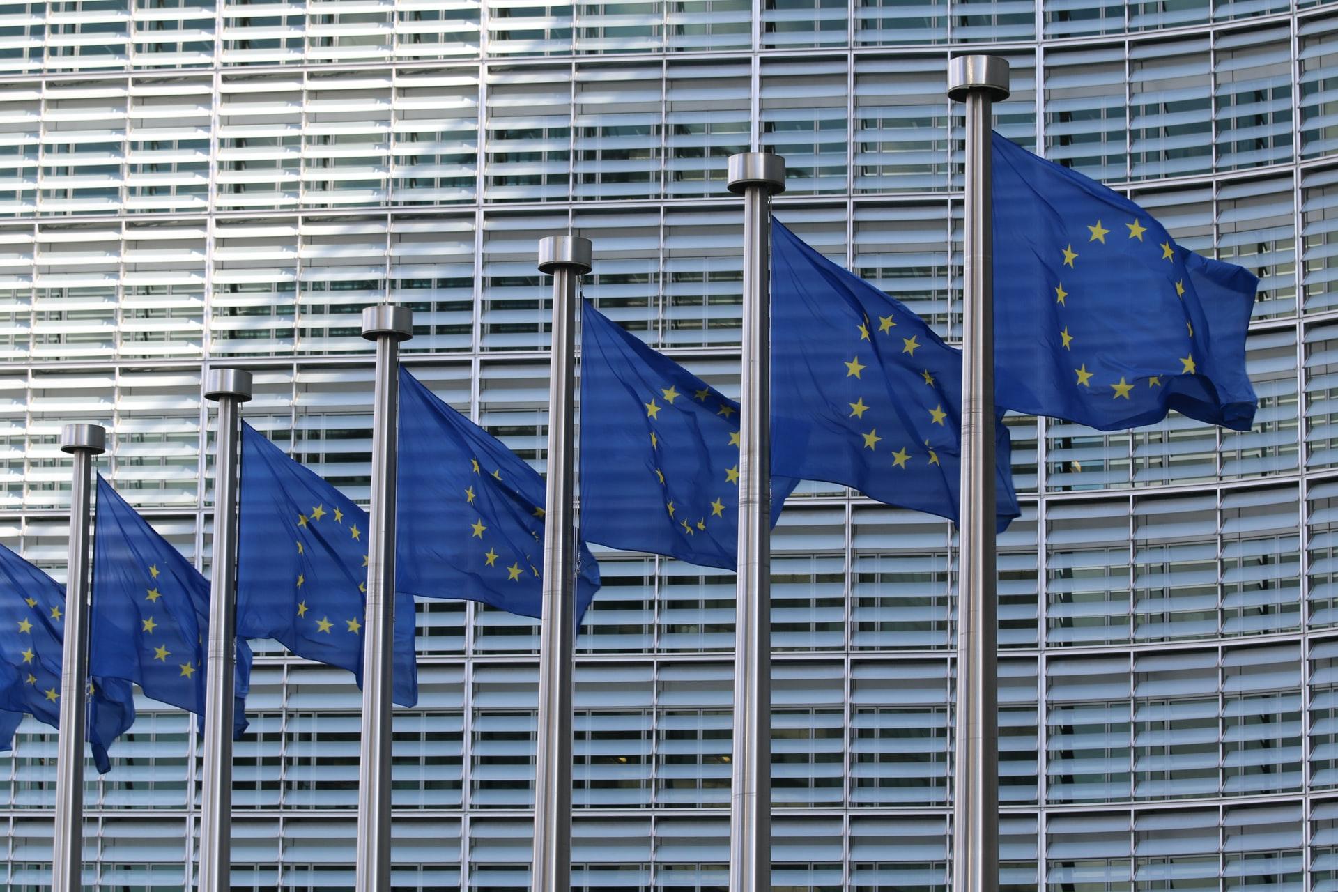 La Commission Européenne a mis à jour les Clauses Contractuelles Types (et publié un modèle de clause article 28 RGPD)